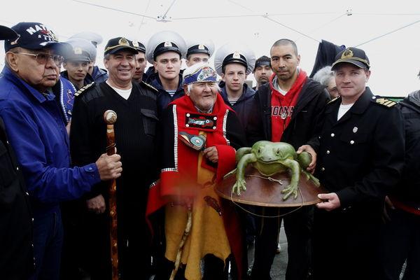 Русских моряков встречают представители племени тлинкитов