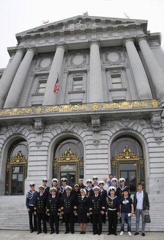 Экипаж «Паллады» на ступенях перед City Hall