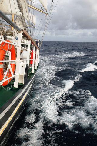 Не смотря на волнение моря «Паллада» уверено держит путь домой