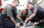 Будущие механики учатся мастерству у профессионала – старшего механика «Паллады» Петра Холдобо