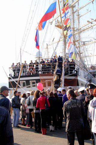 После завершения церемонии встречи все желающие могли подняться на борт знаменитого российского парусника