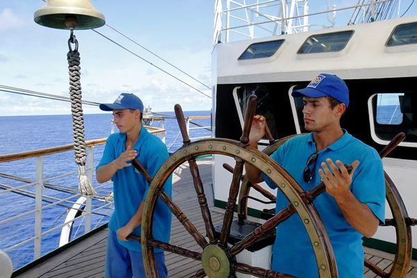 Курсанты ведут знаменитый российский парусник в следующий порт захода — Гонолулу