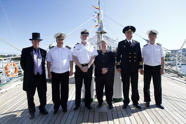 Капитан УПС «Паллада», экипаж судна, представитель ФАР в Канаде Темур Таиров,  мэр Виктории (в центре) и гости. Фото на память