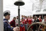 Курсант «Паллады» Василий Шишков проводит экскурсию по паруснику для местных жителей