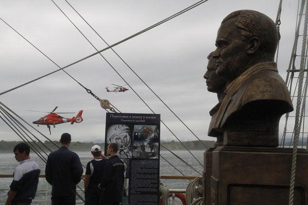 Показательные демонстрации поисково-спасательной операции с участием вертолета, самолета, пловцов в гидрокостюмах от службы Береговой охраны США