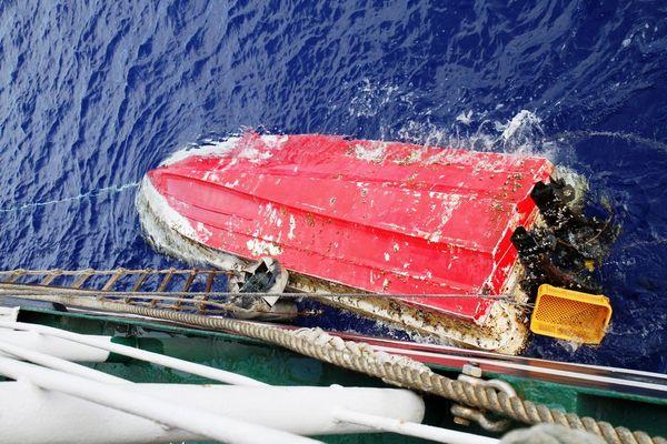 Экипаж парусника нашел дрейфующую в океане лодку, которую унесло так далеко цунами