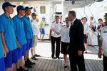 Мэр Гонолулу Peter Carlisla прибыл поприветствовать экипаж легендарного российского парусника