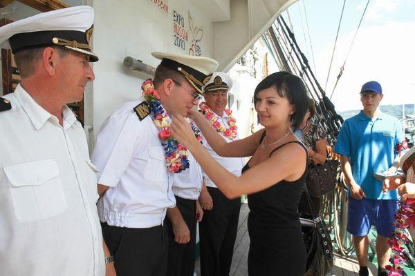 Экипаж судна приветствовали криками «Алоха», преподнося каждому гостю ожерелье из цветов