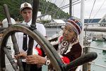 Представительница племени тлинкитов осматривает российский парусник