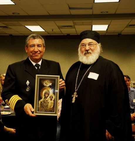 Отец Михаил, настоятель Кафедрального собора в Ситке преподнес в дар экипажу «Паллады» икону Богоматери всех святых Аляски