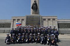"""Экипаж и курсанты УПС """"Паллада"""" приняли участие в возложении венков к мемориалу советским воинам"""